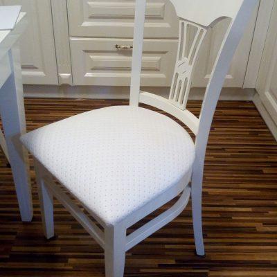 Białe drewniane krzesła